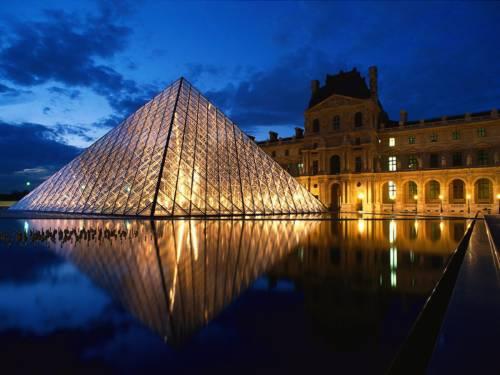 Знаменитая пирамида лувра красивая